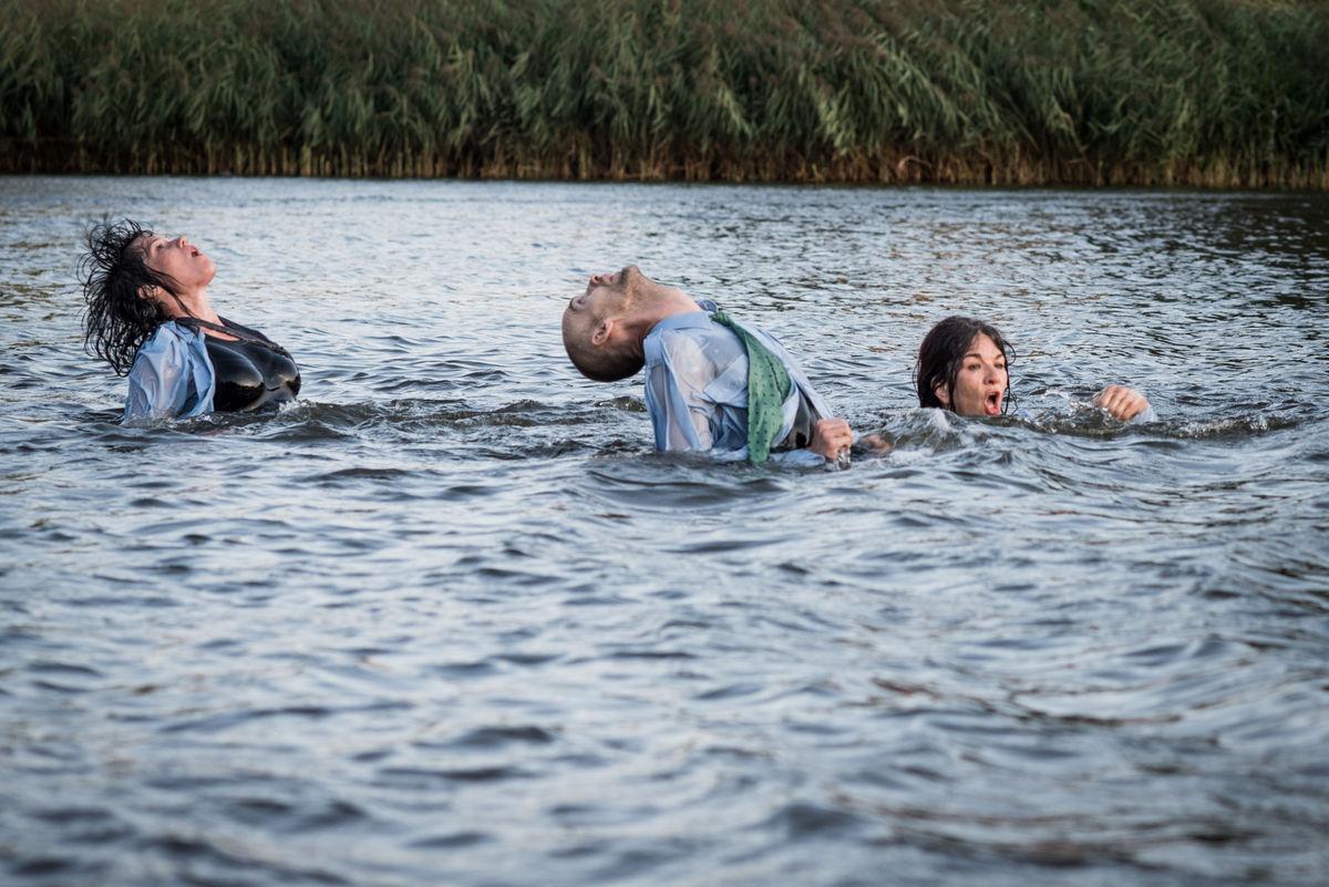 Dansen langs en in het water